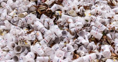 bicchieri di plastica usati